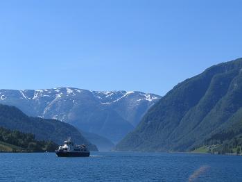 青い湖.JPG